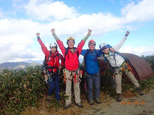 一ノ倉岳にて記念撮影、登りきったぜ!