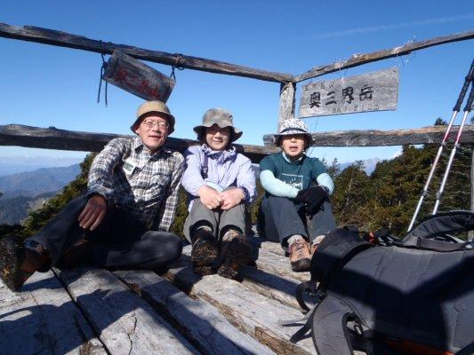 28奥三界岳の山頂の櫓で記念写真