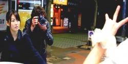 撮影のアシスタントしているフレア