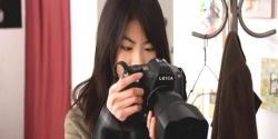 ジャンのカメラを手にしているフレア