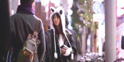 東京の街でティシュを配っているフレア
