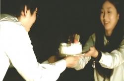 名前を入れたケーキを渡すみゆき