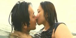 海の中で泳ぎながらキスをする達夫と千夏
