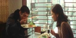 光江とのデート。皿を持ち上げて食べる勇作。