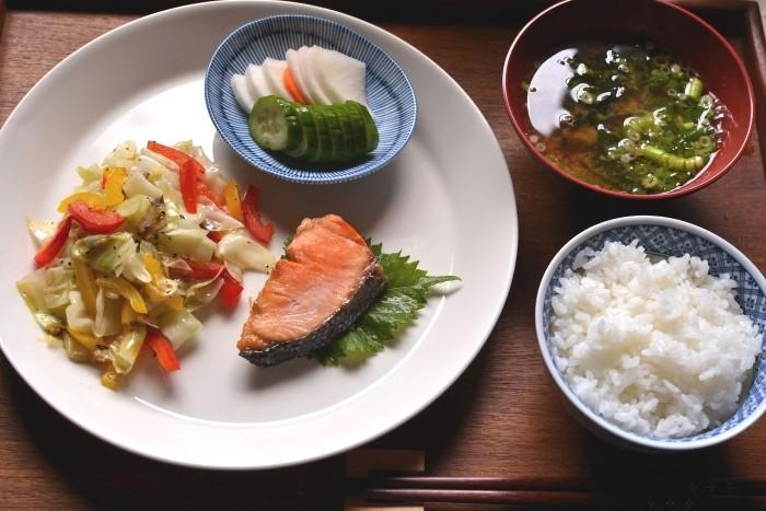 糠漬けのある食卓(キャベツ炒め