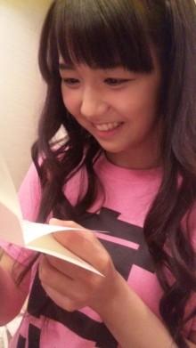 舞美ちゃんからの手紙を嬉しそうに見つめる由加ちゃん
