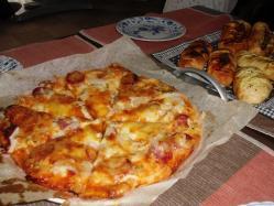 朝食はピザにパン♪