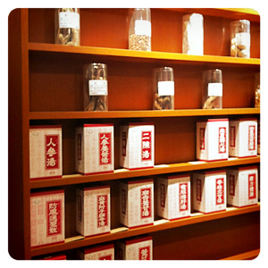漢方薬局の店内・並ぶ漢方薬