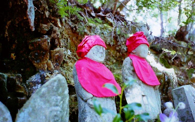 山の中の石像-1