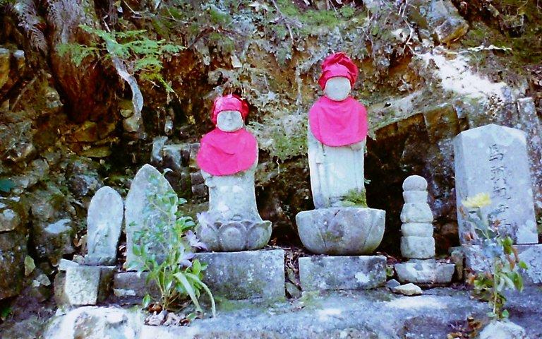 山の中の石像-2