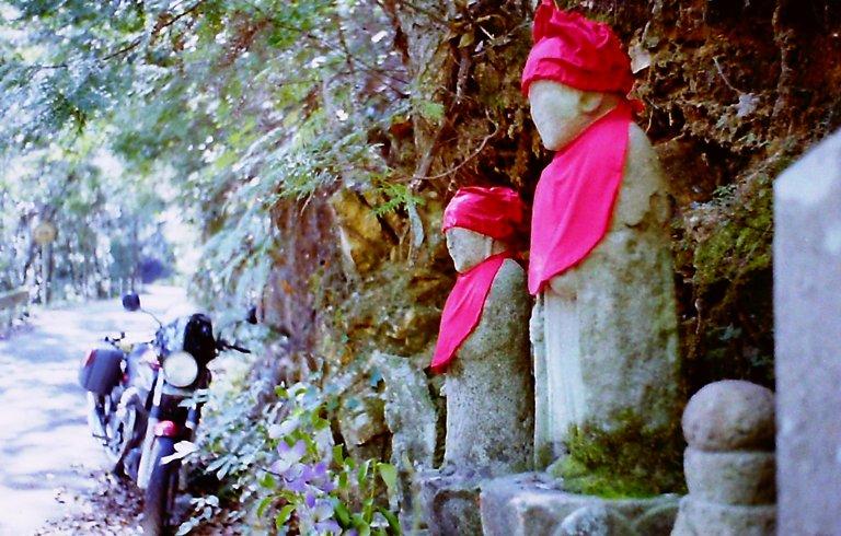 山の中の石像-3