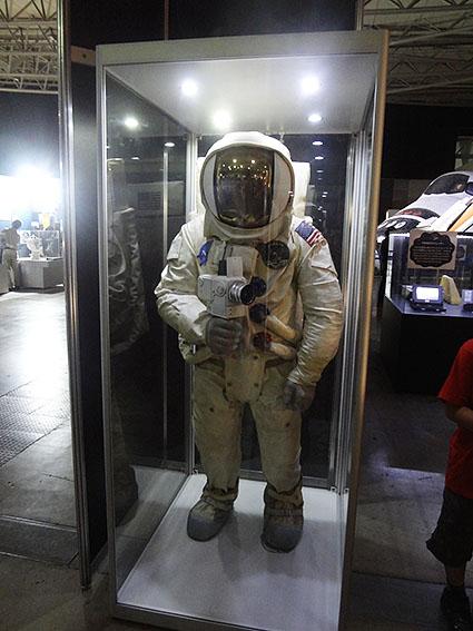 アポロ計画の宇宙服カメラ持ち
