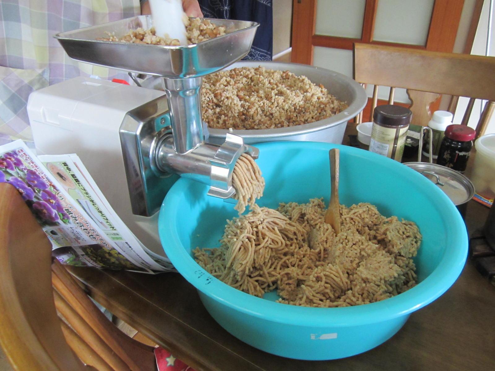 米麹と大豆、塩を混ぜたものをミンチにかけます