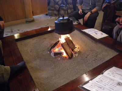囲炉裏暖かい