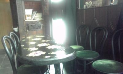 入口と黒テーブル