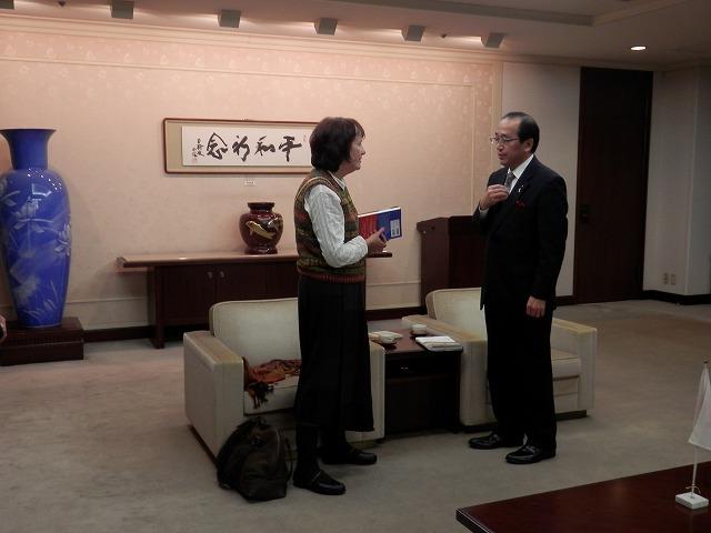 ベニシアさん(左)と松井市長(右)