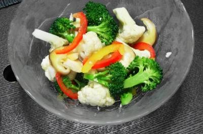 生ブロッコリーと生カリフラワーのサラダ