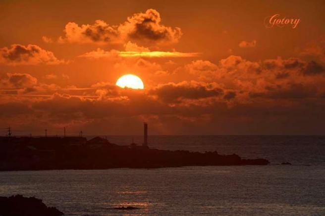 柏崎灯台と夕日