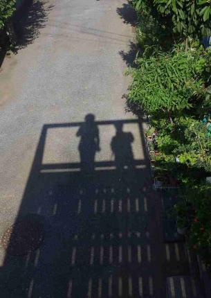 手すりの枠の影