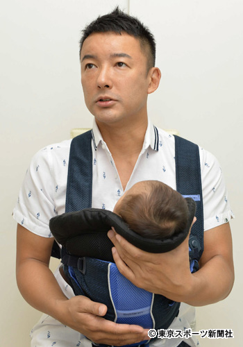 子供を抱える山本太郎
