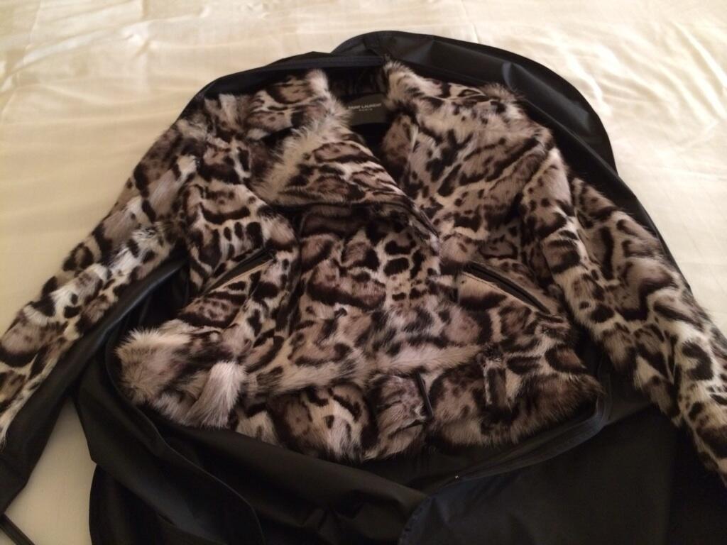 板野友美 サンローラン SAINT LAURENTのコート