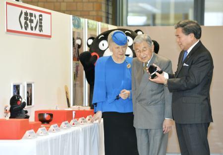 くまモン展を見学される天皇、皇后両陛下。右は蒲島郁夫知事
