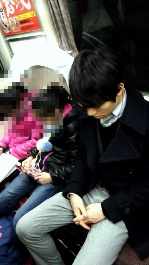 電車に乗るTBSの井上貴博アナ