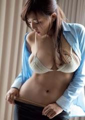 篠崎愛爆乳重量感画像2