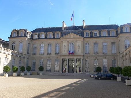 800px-Paris_-_palais_de_lÉlysée_-_cour_05_s