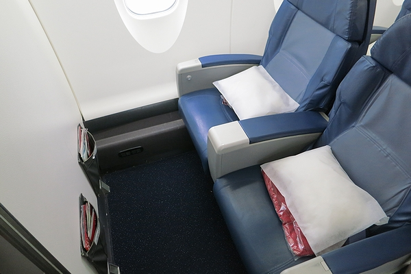 2013OCT-CRJ900-02.jpg