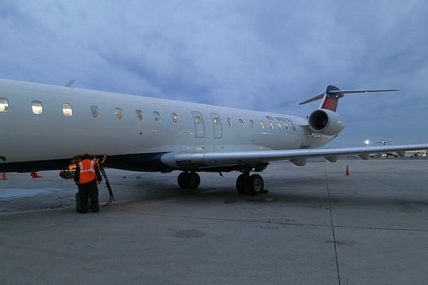 2013OCT-CRJ900-08.jpg