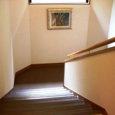 1ビジネスホテルの階段の絵