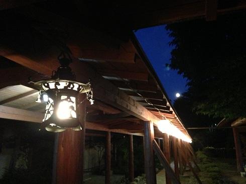旅館の月。