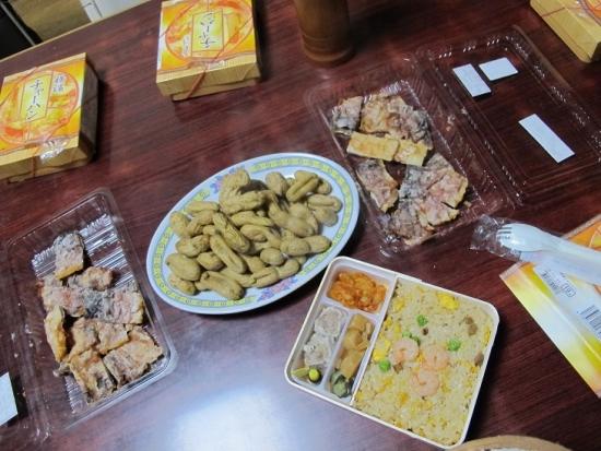 チャーハン弁当と落花生とイカ姿焼き