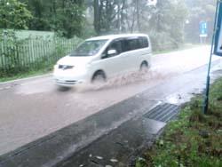 台風18号道路冠水.と車