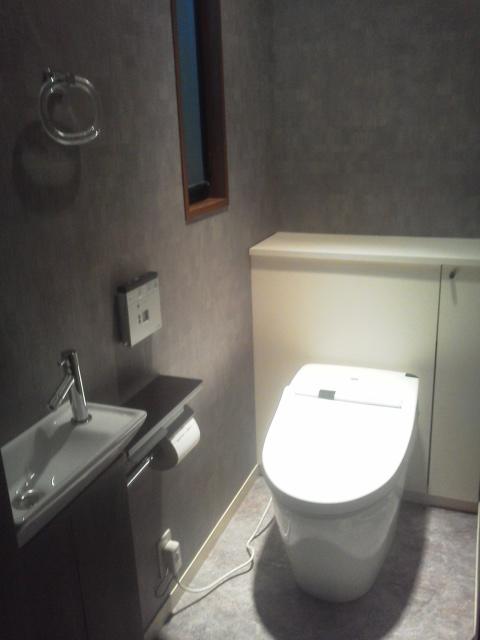 センスのいいクロスのトイレ