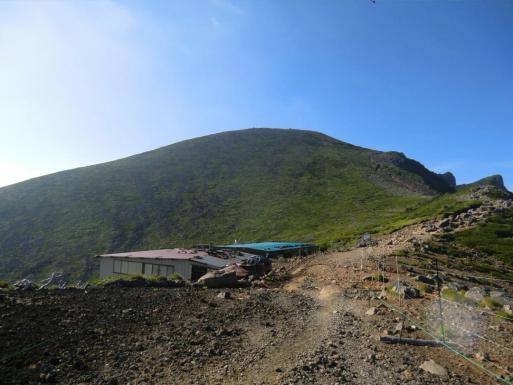硫黄岳山荘と向う台座の頭