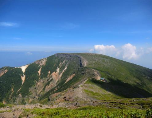 硫黄岳山荘と向う硫黄岳