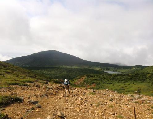 東吾妻山と右に鎌沼