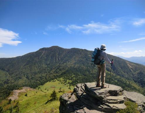 振り返って四阿山 岩に上りたい人