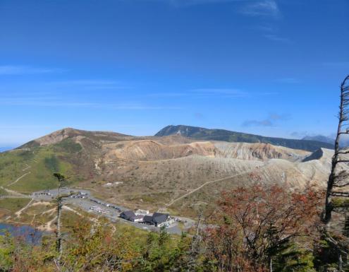 湯釜、白根山、後方に横手山