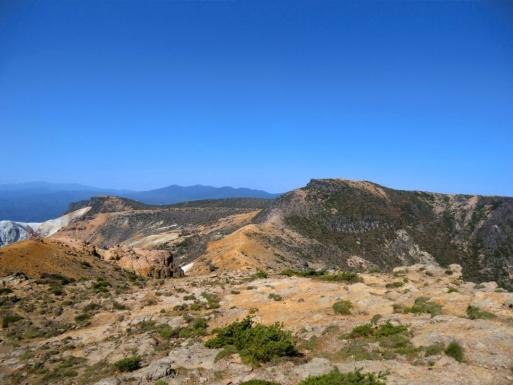 矢筈森から鉄山、後方は飯豊連峰?