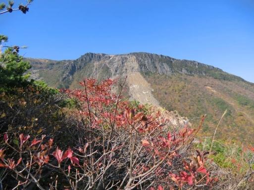 鉄山を見上げる
