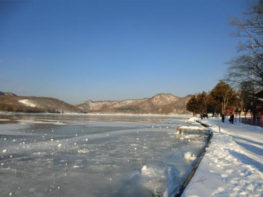 結氷した大沼と五輪尾根