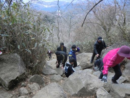 急な岩の道