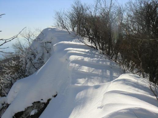 駒ヶ岳下の雪庇