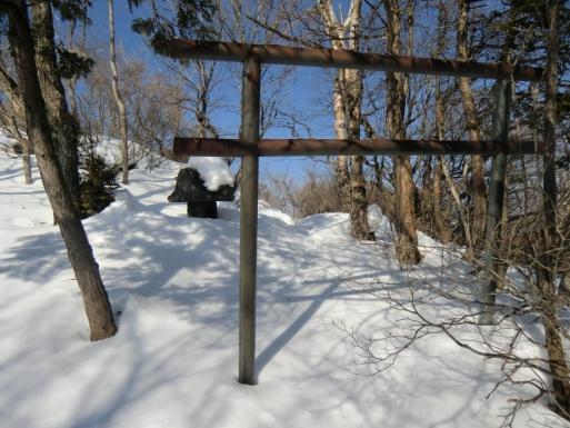 長七郎山頂の東側の石祠