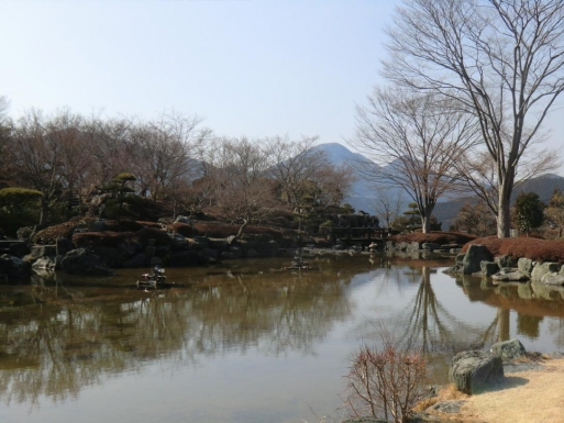 日本庭園から御荷鉾山