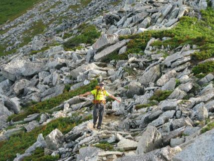 岩ゴロ帯を下る