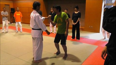 東京稽古風景14 2013年10月 握った拳に重さをかける